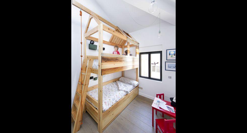En el cuarto de los niños se instaló una litera con forma de casita para fomentar su creatividad y, al mismo tiempo, usar efectivamente el reducido espacio con el que se contaba. (Foto: Vicugo Foto / egueyseta.com)