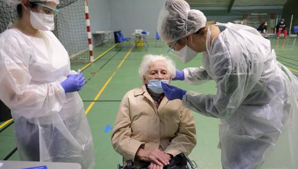 Una mujer es probada durante las pruebas masivas de Covid-19 en un Centro de Pruebas en el 'Cosec Les Mesanges' en Charleville-Mezieres, Departamento de Ardenas del norte de Francia. (Foto: EFE / EPA / JULIEN WARNAND).
