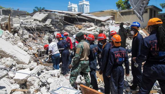 Miembros de un equipo de rescate y protección limpian los escombros de una casa después de un terremoto de magnitud 7.2 en Les Cayes, Haití. (Foto: REUTERS / Ralph Tedy Erol).