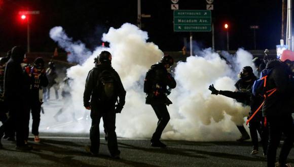 Los manifestantes se dispersan durante una manifestación para abolir ICE después de la toma de posesión del presidente de los Estados Unidos, Joe Biden, fuera de una instalación de ICE en Portland, Oregon, Estados Unidos el 20 de enero de 2021. (Foto: REUTERS / Lindsey Wasson).