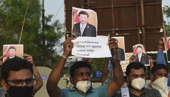Miembros de la organización no gubernamental MADADGAAR PARIVAR, sostienen pancartas y gritan consignas contra China. (Foto por SAM PANTHAKY / AFP).