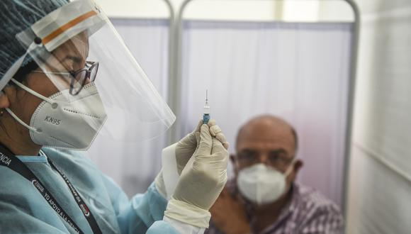 Una trabajadora de salud prepara la vacuna de Sinopharm en los ensayos clínicos en Perú. (Foto: ERNESTO BENAVIDES / AFP)
