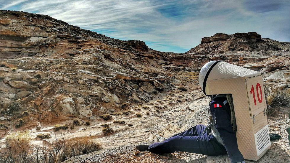 Un momento de descanso del peruano en su misión a esa Marte recreada en la Tierra.