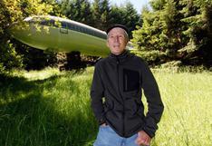 El excéntrico hombre que vive en un avión, en medio del bosque