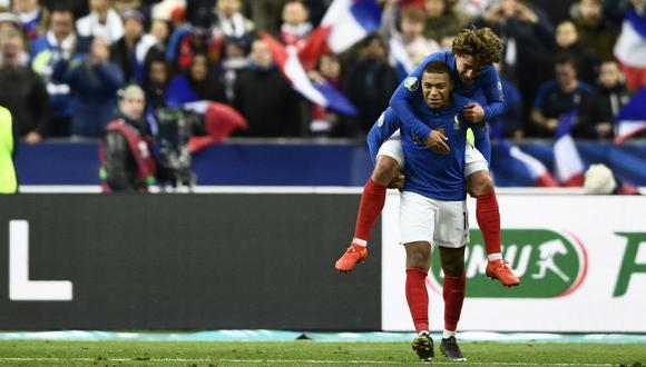 Mbappé cargando a Griezmann en la celebración del último gol a Islandia. (Foto: AFP)
