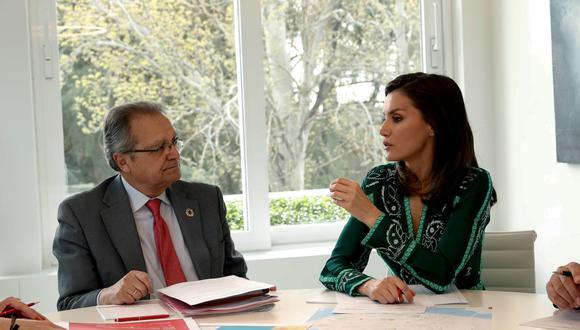 Letizia durante la reunión en el Palacio de La Zarzuela con el secretario de Estado de Cooperación Internacional y para Iberoamérica y el Caribe. (Foto: EFE)