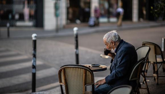 """El uso de mascarilla será obligatorio """"a partir del lunes"""" en Francia en los lugares públicos cerrados para frenar las señales de reanudación de la epidemia de coronavirus. (Martín BUREAU / AFP)."""