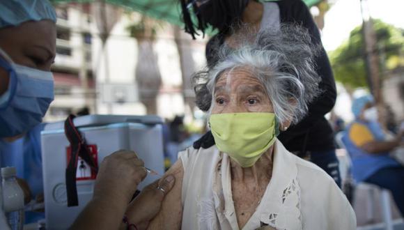 Una enfermera inocula a una anciana con una dosis de la vacuna Sputnik V COVID-19 en el barrio 23 de Enero en Caracas, Venezuela. (Foto: AP / Ariana Cubillos)
