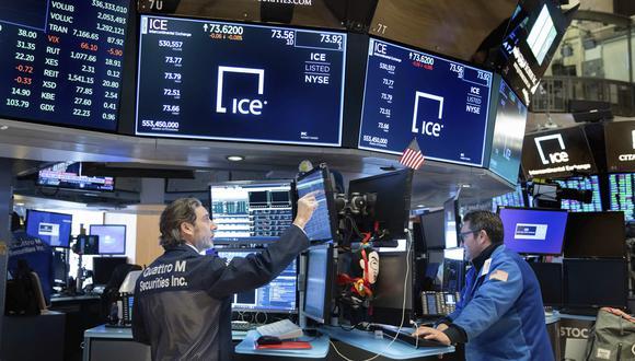 Luego de otra jornada oscilante, los principales índices bursátiles de Estados Unidos subieron más del 2%. (Foto: AP)