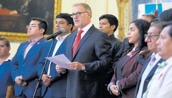 El Concejo de Lima debatió ayer la estrategia por la que optará el municipio para afrontar la delicada situación de las dos concesiones viales otorgadas en la capital. (Piko Tamashiro)