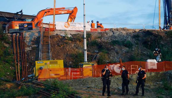 Agentes de seguridad de la compañía ferroviaria SNCF se reúnen en la estación de tren Massy-Palaiseau, en las afueras de París, luego de que un trabajador de la construcción muriera luego de un deslizamiento de tierra ese mismo día. (Foto: Sameer Al-DOUMY / AFP).