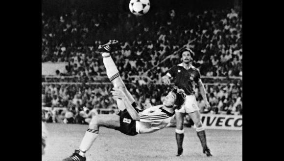 Klaus Fischer anotó el 3-3 a los 108' del suplementario y Alemania forzó los penales. (Foto: AP)