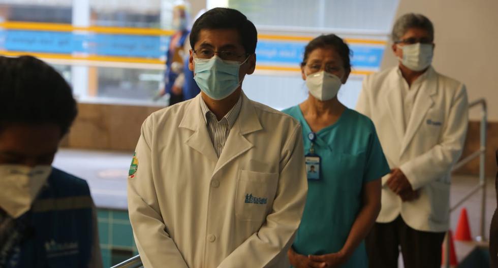 Luis Fajardo, jefe de la Unidad de Cuidados Intensivos (UCI) de EsSalud Arequipa es el primer médico en recibir la vacuna en la región (Foto: Leonardo Cuito)