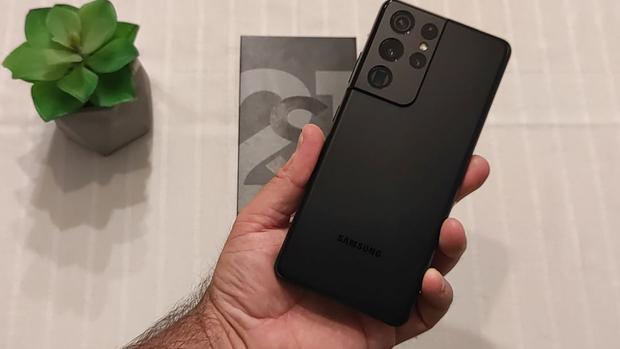 El nuevo smartphone de Samsung ha reducido ligeramente las dimensiones de su S21 Ultra 5G, de manera que es un poco más cómodo tenerlo en una sola mano. (Foto: Bruno Ortiz B.)