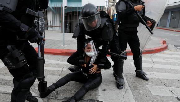 La policía antidisturbios detiene a un manifestante que participaba en una protesta que exigía la renuncia del presidente Alejandro Giammattei, en la Ciudad de Guatemala, Guatemala. (REUTERS / Luis Echeverría).