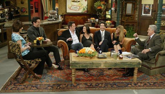 """En el 2004, 10 años después de que se emitiera el último episodio de """"Friends"""", el elenco de la serie, excepto Matthew Perry, se reunió en el programa """"Tonight Show"""", con Jay Leno. (Foto: AP/NBC)"""