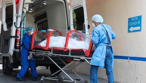 """Un paciente infectado de coronavirus COVID-19 ingresa en una cápsula al área de Urgencias del Hospital General de Zona 1-A """"Venados"""" ubicado al sur de la Ciudad de México. (EFE/José Pazos)."""