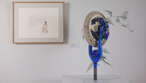 """A partir del dibujo """"El niño en su bici"""", de María Gloria Andrade, Leslie Weinstein creó este arreglo de ikebana con la rueda de una bicicleta."""