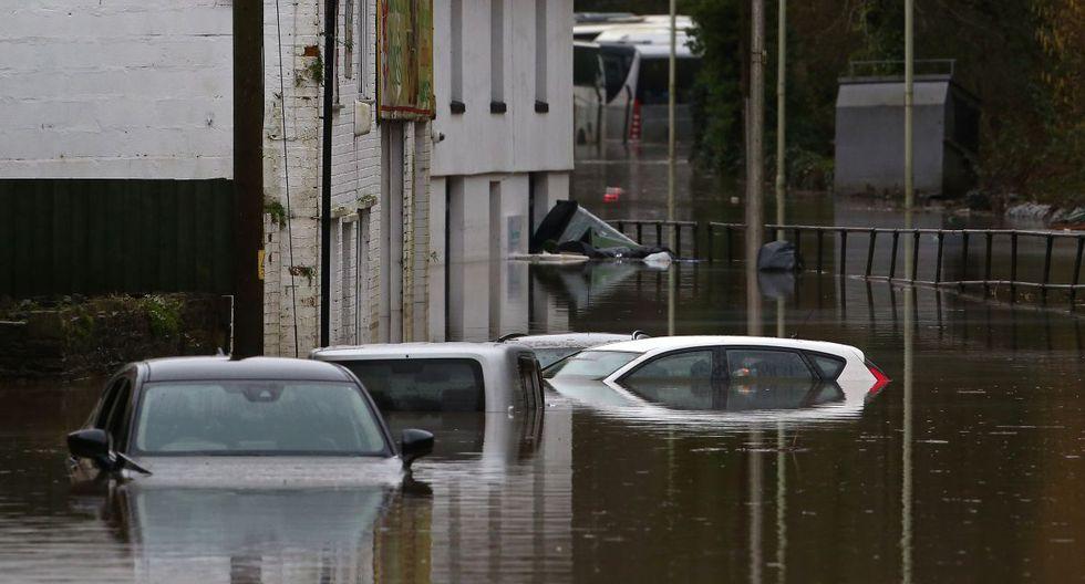 Los automóviles permanecen sumergidos después de que el río Taff se desbordara en Nantgarw, al sur de Ponypridd, en el sur de Gales. (AFP).