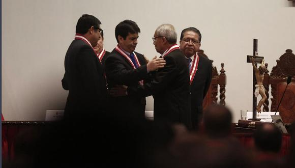 Víctor Raúl Rodríguez Monteza y Tomás Gálvez (izquierda) saludan a Pedro Chávarry (centro) cuando juró como fiscal de la Nación, en julio del 2018. A la derecha está el fiscal supremo Pablo Sánchez. (Foto: Paco Sanseviero)