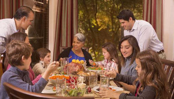 La cena navideña es un momento en que se puede exceder en el consumo de alimentos poco saludables. (Foto: Difusión)