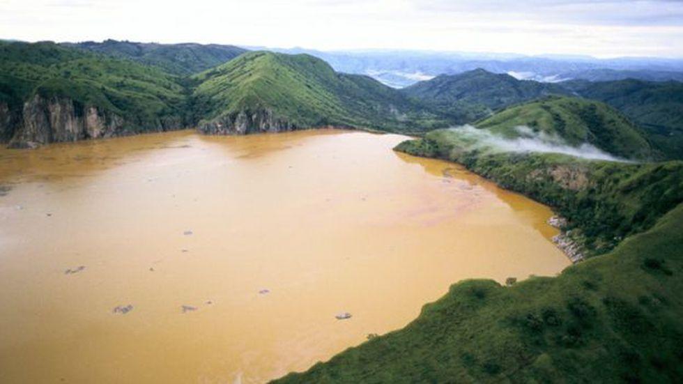 Tras la liberación de gas el agua de la superficie quedó de un color marrón rojizo, y había matas de vegetación enormes flotando a lo largo y ancho del lago.