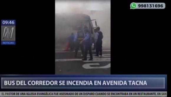 Bus del corredor azul se incendió esta mañana a la altura de la cuadra 2 de la avenida Tacna. (Captura: Canal N)