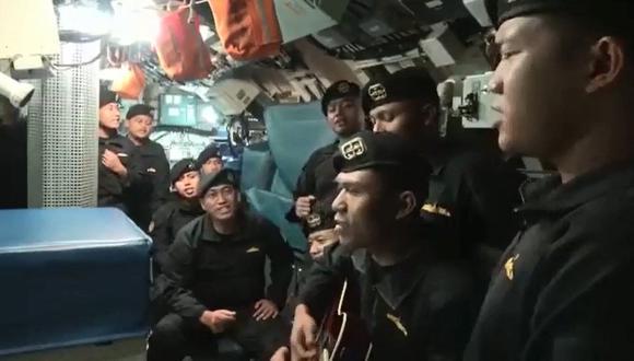 """La tripulación del submarino hundio en Indonesia cantan la conocida canción """"Sampai Jumpa"""", un éxito en Indonesia cuyo título significa """"Adiós"""" y compuesto por la banda Endank Soekamti, en un lugar desconocido en el mar. (Foto: AFP)."""