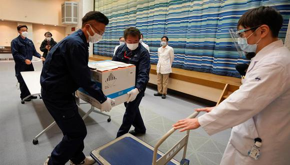 Japón se ha marcado como objetivo vacunar a la población del país, unos 126 millones de personas, en un año. (Foto: KIMIMASA MAYAMA / AFP).