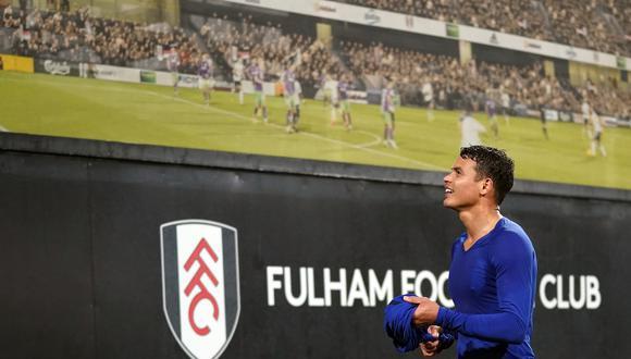 Thiago Silva regaló su camiseta a un trabajador del Craven Cottage y podría ser sancionado. (Foto: AFP)