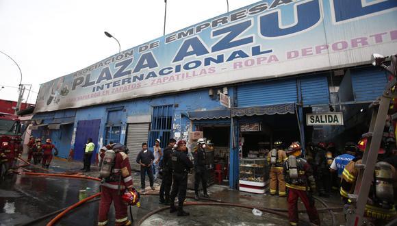Incendio fue reportado esta tarde. Se inició por trabajos de soldadura que estaban prohibidos en la zona comercial. (Foto: César Grados)