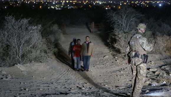 En esta foto del 27 de marzo de 2021, inmigrantes indocumentados son interceptados por un oficial de la Patrulla Fronteriza de Estados Unidos en Texas. (Foto de Ed JONES / AFP).