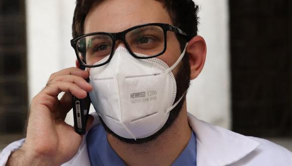 El doctor Ronald Nabki aprovecha los descansos en su turno para atender las llamadas que atiende como voluntario. (NICOLE KOLSTER/BBC)