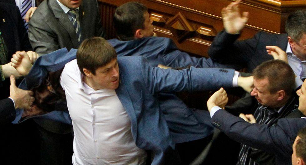 Ucrania: Diputados pelean a puñetes y patadas en el parlamento - 4