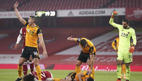 Raúl Jiménez se marcha en camilla tras un cabezazo con David Luiz. (Foto: AP)