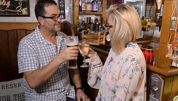 Una enfermera británica construyó un bar en el jardín de su casa para evitar que su esposo salga con sus amigos | Foto: Captura de video / YouTube / Caters Video