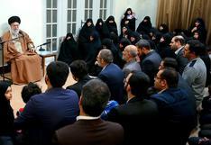 """El líder supremo iraní acusa a Biden de exigir """"lo mismo"""" que Trump sobre tema nuclear"""