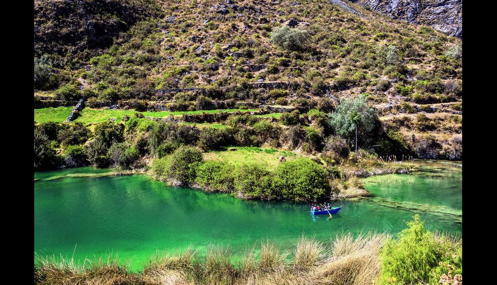 6. Huancaya: Recuerdos en las lagunas turquesas. La Reserva Paisajística Nor Yauyos Cochas concentra cascadas, pueblos y puentes de estilo colonial. Antes de llegar a la localidad de Huancaya, deténganse en la laguna Piquecocha, en el distrito de Vitis. Caminen despacio, pues empezarán a sentir los efectos de la altura (3.200 m.s.n.m). Ya en Huancaya, recorran el poblado, monten a caballo a orillas del río Cañete (S/ 5 por hora) o atrevánse a pescar truchas. A solo 3 km está el pueblo de Vilca. Suban al mirador de Carhuayno y visiten la laguna Huallhua, donde podrán pasear en bote (S/10).  Foto: Shutterstock.