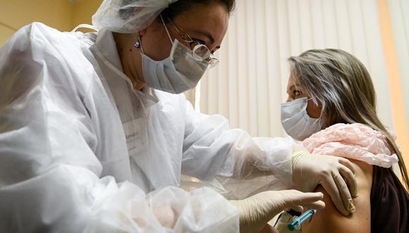 En Moscú, una enfermera inocula la vacuna a una paciente. AFP