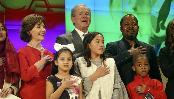 El ex mandatario y su esposa, Laura Bush, enviaron el mensaje durante una ceremonia de nacionalización de nuevos ciudadanos en el Centro Presidencial George W. Bush. (AP)