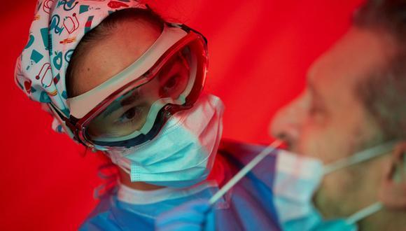 Una sanitaria realiza un test de antígenos en Barcelona. (Foto referencial: EFE/Alejandro García).