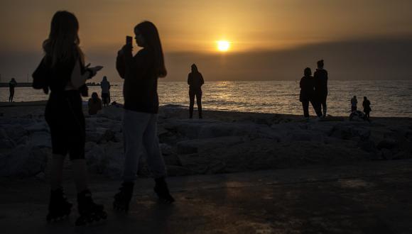 Personas caminando en una playa de Barcelona, España, el viernes 8 de mayo (Foto: AP/Emilio Morenatti)