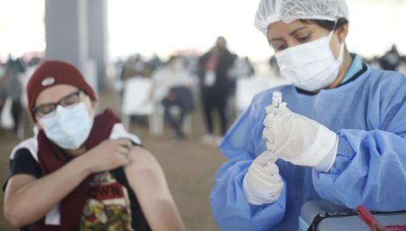 Para vacunarse en Tacna los adolescentes deben ir acompañados de uno de sus padres o un apoderado. (Foto: Jorge Cerdan / @photo.gec / Referencial)