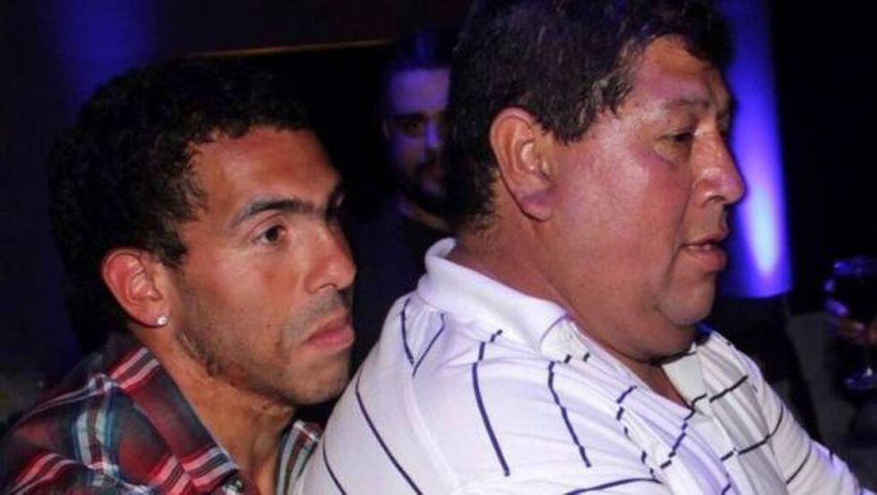 Carlos cargando sobre sus piernas a Segundo, su padre adoptivo en una escena familiar. (Foto: Agencias)