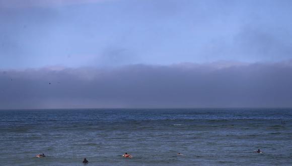 Extraña nube frente al litoral limeño se apreció a lo largo de la Costa Verde. (Foto: Hugo Curotto  / @photo.gec)