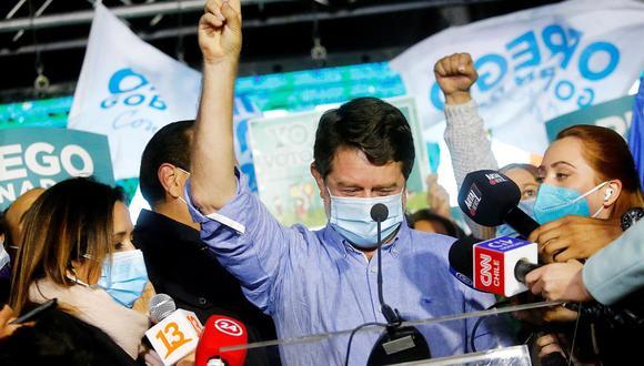 El electo gobernador por la región metropolitana, Claudio Orrego (centro), celebra el triunfo hoy, durante la segunda vuelta de las elecciones a gobernadores regionales, en Santiago de Chile. (Foto: EFE/ Esteban Garay).