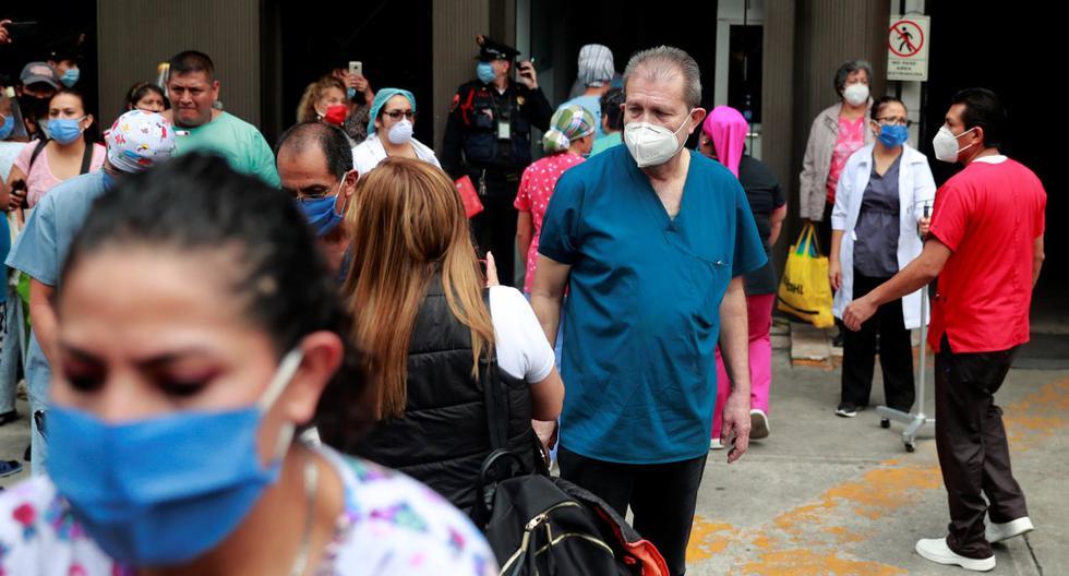 Los pacientes y el personal médico son atendidos fuera de un hospital después de un terremoto en Ciudad de México. (REUTERS/ Carlos Jasso).