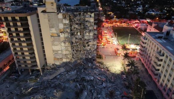 Una vista aérea del edificio de 12 pisos derrumbado en la ciudad de Surfside, al norte de Miami Beach, Florida. (EFE/ Bomberos De Miami-Dade).