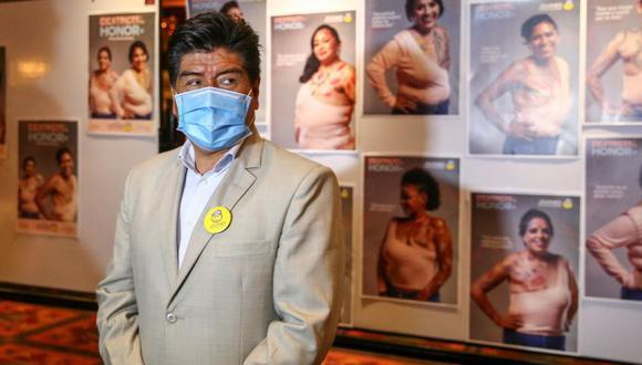 """El alcalde de Quito, Jorge Yunda, durante el lanzamiento de la campaña en la lucha contra el cáncer de mama llamada """"Cicatrices de Honor"""" hoy, en Quito (Ecuador). (Foto: Archivo/EFE/ José Jácome)."""