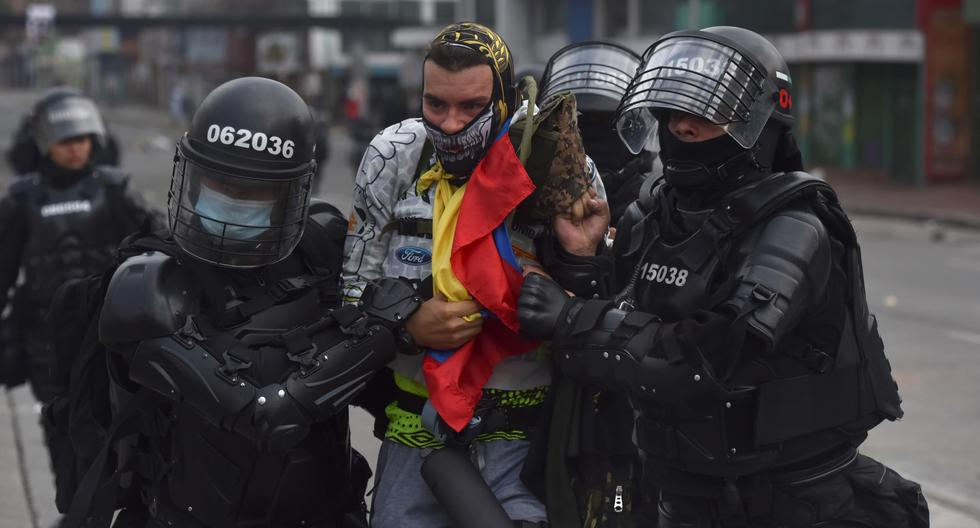 Manifestantes en Cali se enfrentan a miembros del Escuadrón Móvil Antidisturbios (Esmad) durante las protestas que iniciaron contra de la reforma tributaria propuesta por el gobierno del presidente de Colombia, Iván Duque. (Foto: EFE/ Ernesto Guzmán Jr)